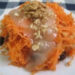 Морковный салат с изюмом, орехами и медом