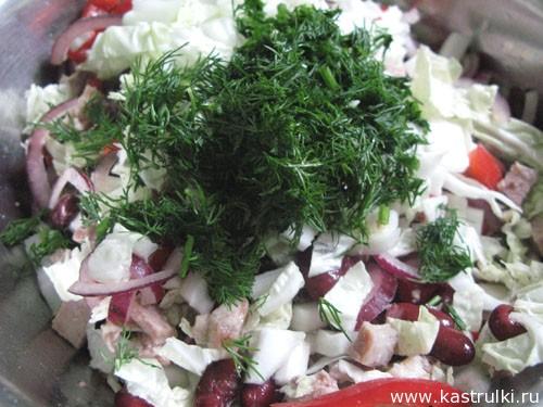 Салат из пекинской капусты с фасолью, перцем и отварной говядиной