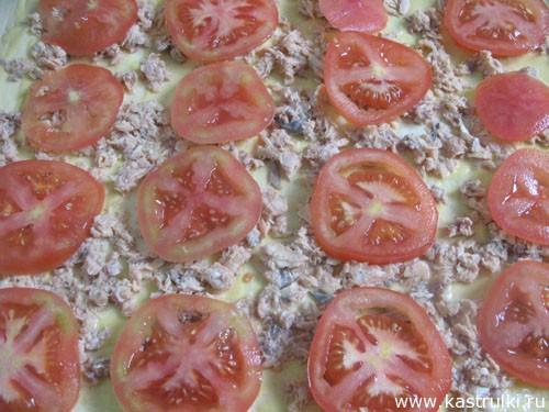Пирог с консервированной рыбой и помидорами