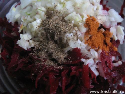 Пикантный салат из сырой свеклы
