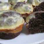 Шоколадные кексы с белым верхом