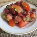 Салат из фасоли и помидоров с чесночной заправкой
