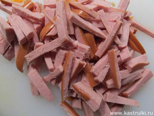 Морковный салат с сыром, кукурузой, колбасой и чесноком