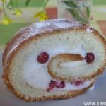 Бисквитный рулет с суфле и ягодами