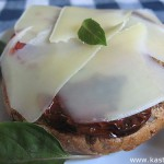 Бутерброды с вялеными помидорами