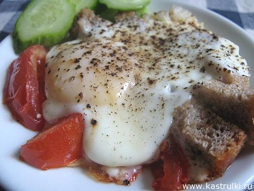 Яичница с помидорами, луком и черным хлебом